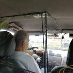 Taxista crea su propia burbuja en su vehículo para protegerse del Covid-19