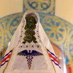 Visten a la Virgen de los Ángeles con el símbolo del comercio, ¿o era el de la salud?