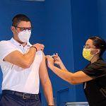 Jerarcas de salud se vacunan con AstraZeneca para dar ejemplo sobre su seguridad